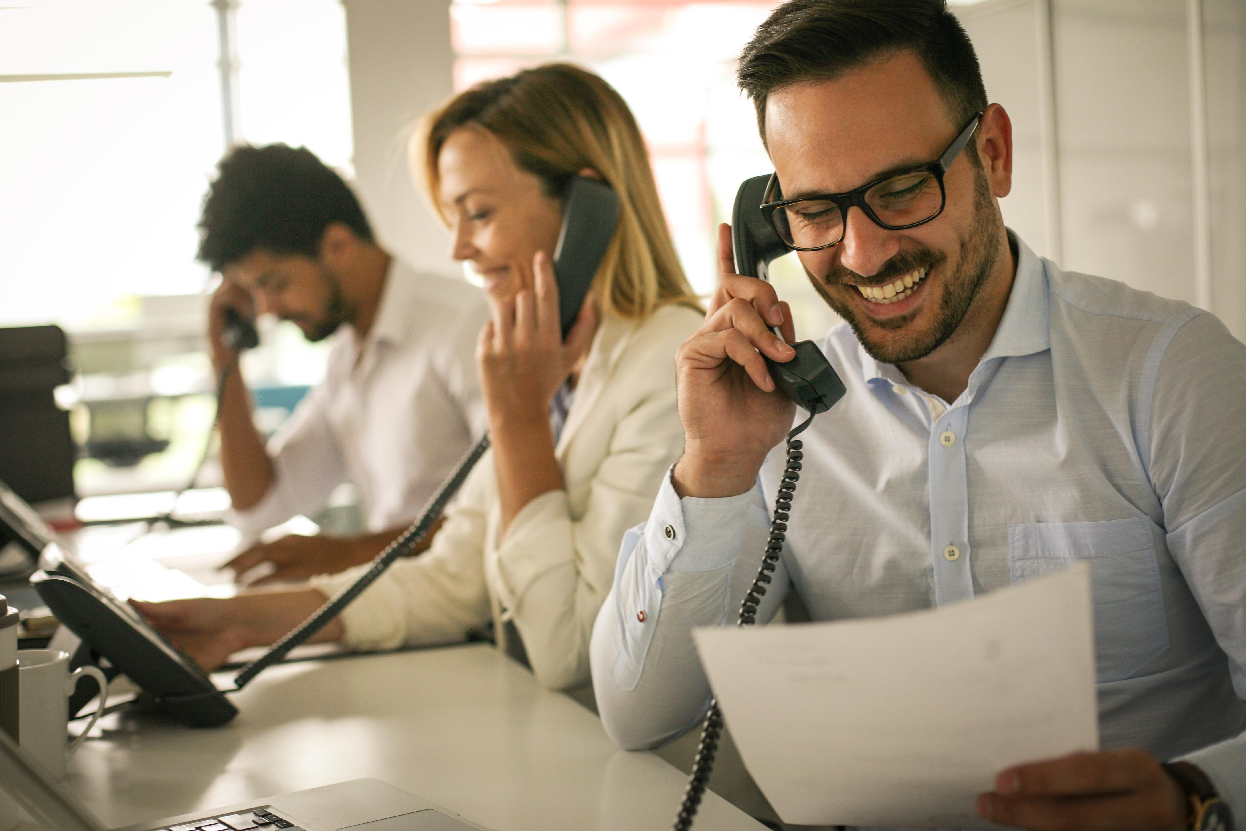 Telefonierende Menschen